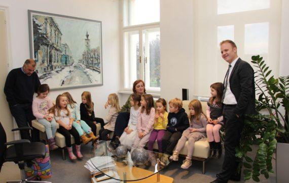 Children from kindergarten in the City Administration