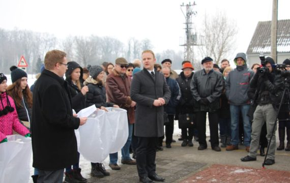 Laid wreaths and lit candles for the victims of the Holocaust