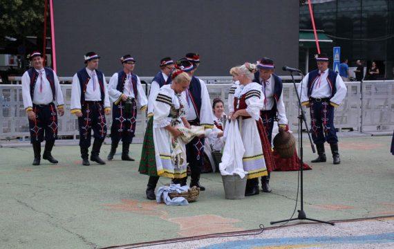 "Folklorni ansambl ""Nova Nada"" nastupio na Zrinskom trgu"
