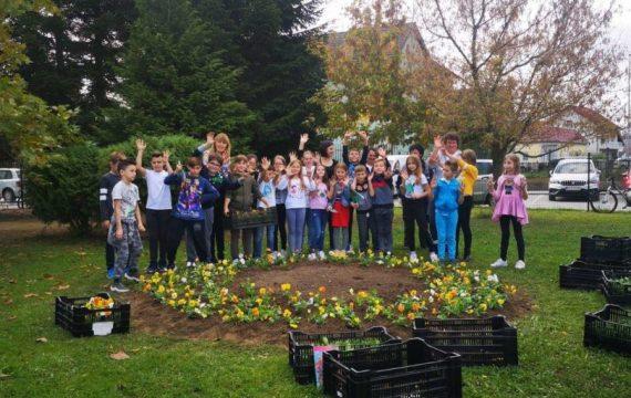 Školarci uz pomoć učiteljica i djelatnika Komunalca uredili okoliš škole